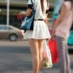 素人街撮りパンチラ!少し風が吹けばめくれあがりそうなひらひらミニスカート