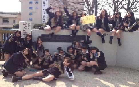 女子校卒業式の記念写真が素晴らしい。10代小娘のパンツが見えそう