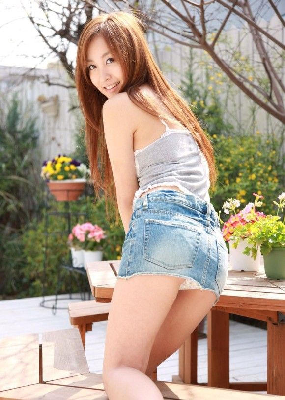 パンツ丸見え率、超高めのデニムスカートを履いた女のえろ写真まとめ