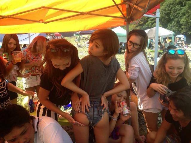 【エロ画像】【下品注意】女子大生やギャルが友達同士でエロふざけしてるビッチな写真wwwwwwwwww