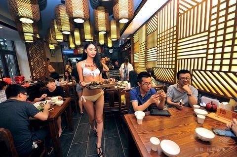 (写真)中国でミズ着接客するおかゆ店やミズ着洗車などの露出ビジネスが加速か☆☆