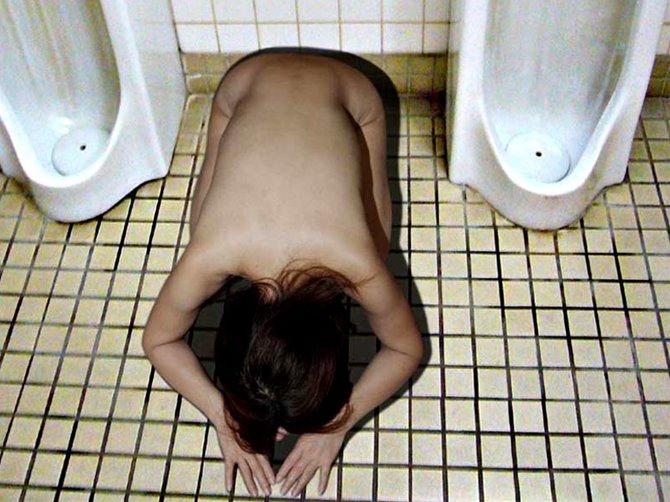 何やらかした?wwwwwwwwww裸で土下座謝罪するオンナ達wwwwwwwwwwwwww
