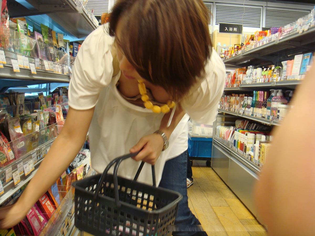 (写真)買い物中に胸チラして男に癒やしを与えてくれる優しいシロウトさんを秘密撮影wwwwwwwwww