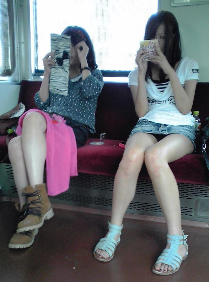 メイク直しとか読書に夢中で列車内パンツ丸見えしちゃってるお馬鹿シロウトさんを発見したので秘密撮影wwwwwwwwwwww