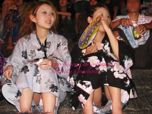 (※浴衣えろ※)花火大会で花火を見ずにパンツ丸見えを探し続けた結果wwwwww