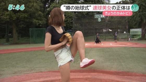 (※鼻血注意※)始球式の練習を際どいショーパンでしてるモデルが股間見えちゃってるwwwwwwwwwwwwwwwwwwwwwwww(えろキャプ写真あり)