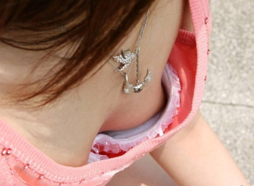 【エロ画像】胸チラで乳首まで見えちゃう女はBカップ率が高いことが判明wwwwwww