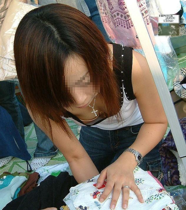 (シロウトえろ写真)フリマバザーで若妻たちが胸チラで客寄せしてるんだがwwwwwwwwwwwwwwwwwwwwww
