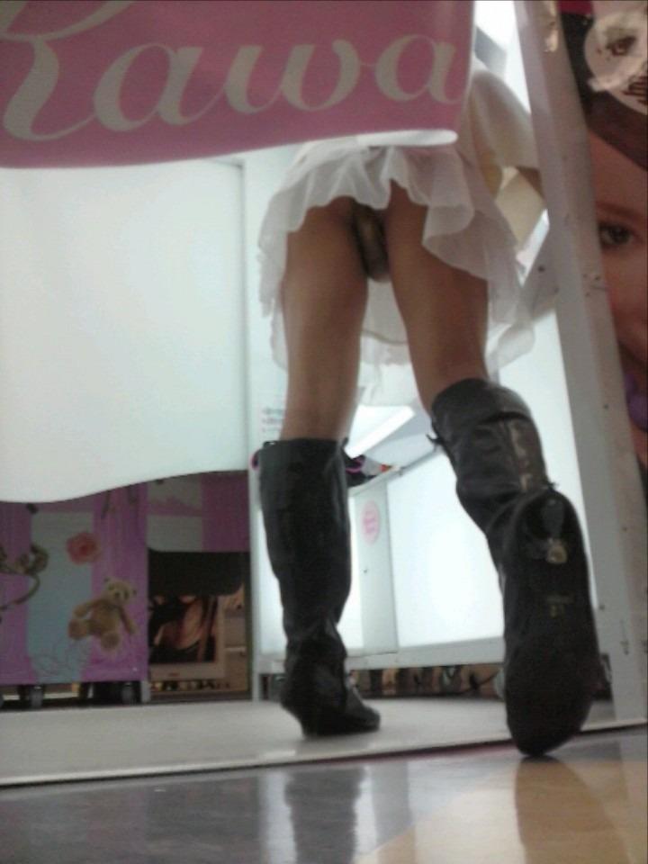 (シロウトパンツ丸見え秘密撮影)階段の次にパンツ丸見え狙えるスポットがプリクラコーナーwwwwwwwwwwwwww
