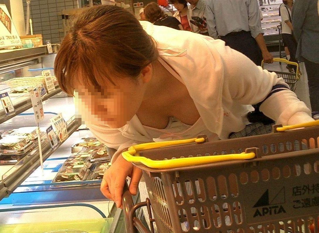(シロウト秘密撮影えろ写真)買い物中に不意に見るシロウトの胸チラがクッソヌけるんだがwwwwwwwwwwwwww