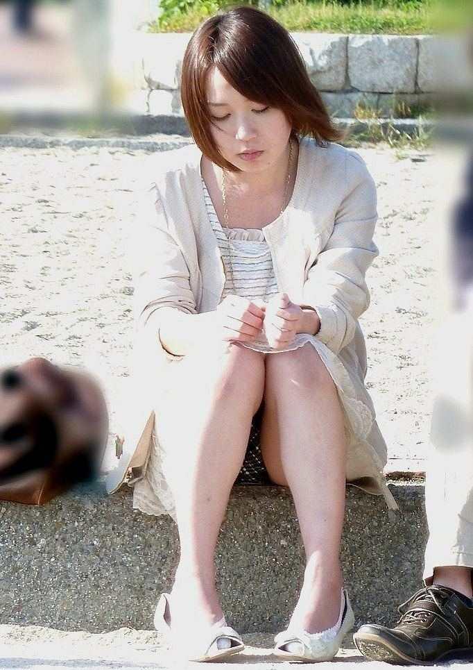 警戒する様子もなく街中で座ってパンツ丸見えしちゃってるシロウトさんを秘密撮影wwwwwwwwwwwwww(写真あり)