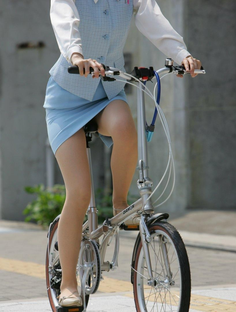 脇見運転で事故多発wwwwwwwwww自転車パンツ丸見え女子は道交法違反にするべきだろwwwwwwwwww