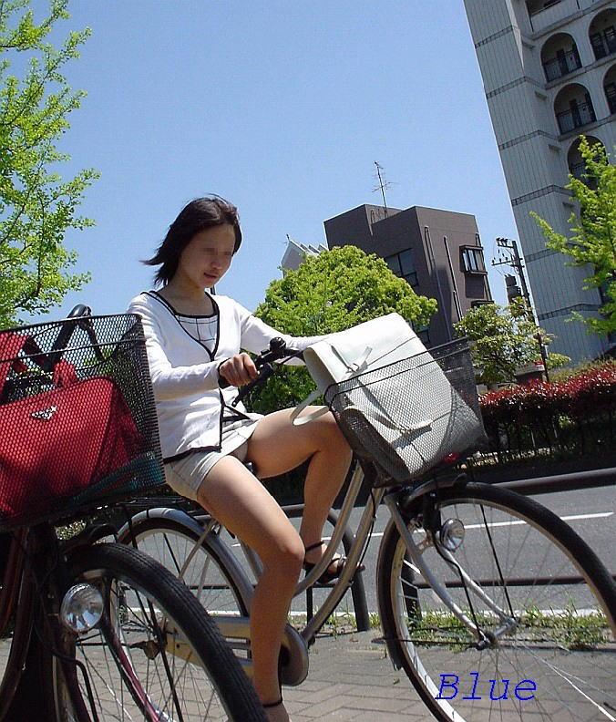 (秘密撮影)道行く男にパンツ丸見えをばら撒きサービスしてくれるミニスカで自転車に乗るシロウトさんwwwwwwwwwwww