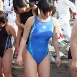 【JC・JK画像】未成熟なカラダにピタッと張り付く競泳水着がいろいろとヤバいんじゃねぇ?www