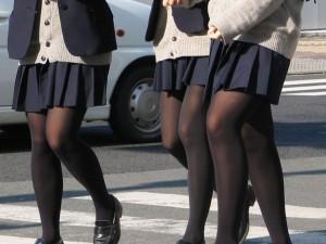 (街撮り10代小娘秘密撮影)寒さに負けて黒タイツやストッキング履いてる10代小娘の妙な色気に正直ボッキしたwwwwww