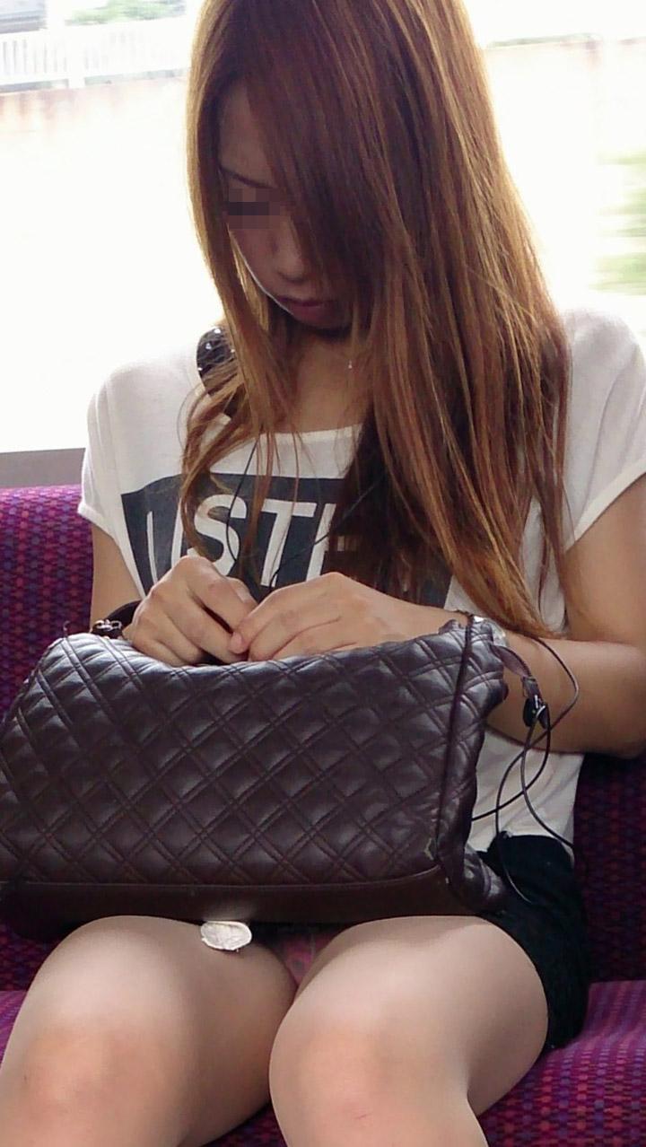 一流パンツ丸見え秘密撮影カメラマンが列車内秘密撮影した結果wwwwwwwwwwwwww(写真あり)