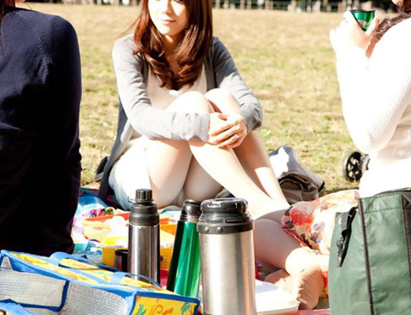 (秘密撮影)呑気にピクニックしてる女はパンツ丸見えしまくりで狙い目だぞwwwwwwwwwwww(写真あり)