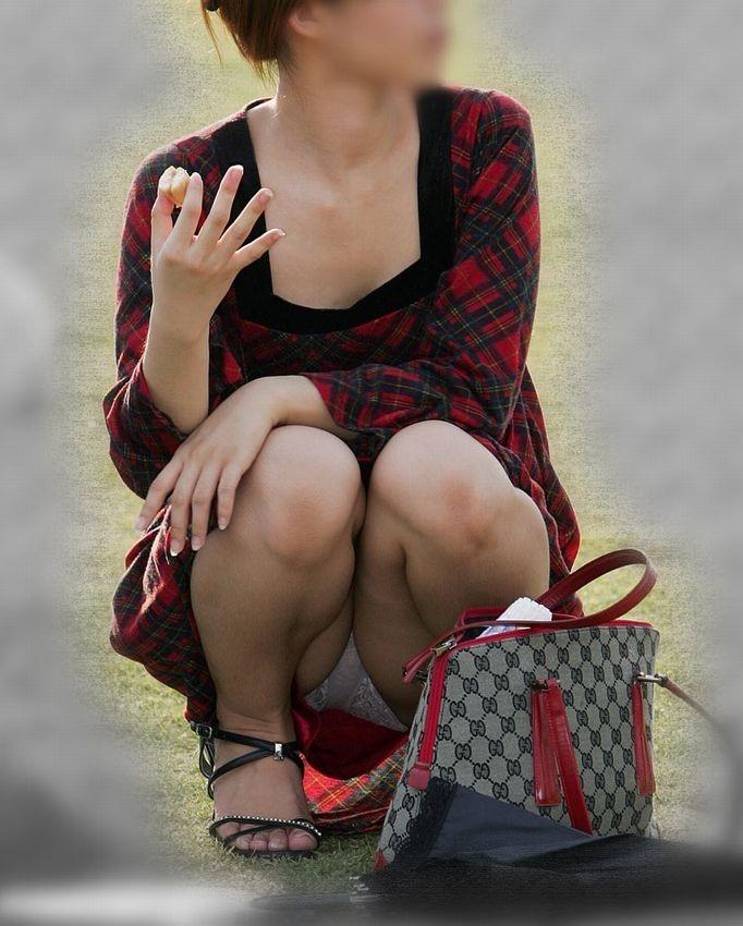 (秘密撮影)街中でうんこ座りしてパンツ丸見えや胸チラしまくりなやりまんシロウトさんwwwwwwwwwwww