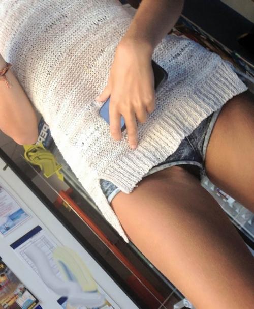 (写真)ショーパンの隙間から見える股間…そして太ももがえろ過ぎる件wwwwwwwwwwwwww