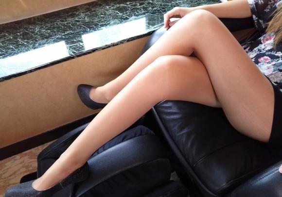 美足女子が足組みするのは反則だと思うんだがwwwwwwwwwwwwww