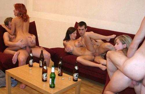 【H,エロ画像】海外の乱交ホームパーティーの様子が過激過ぎる件wwwwwww(画像あり)