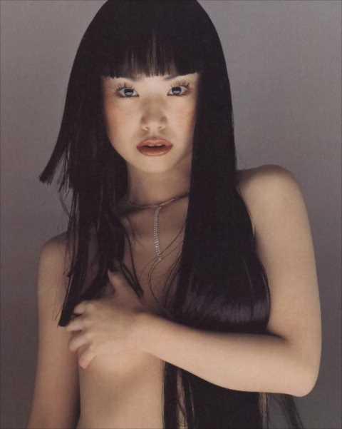 【衝撃画像】ジュディマリYUKI(43)にセミヌードの過去…トップレス、ライブでも垂れ乳披露…