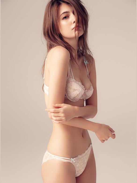 sex好きと暴露した人気モデル マギーのえろ過ぎるノーパン生尻解禁www