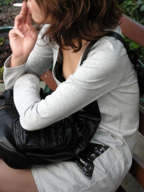 貧乳素人さんに多い胸チラからの乳首チラwwwwwwww(画像あり)